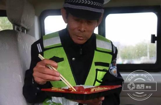 临江58岁老民警 17年助力高考